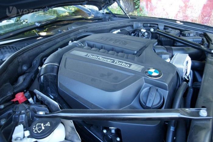 Az erő és a barna hang forrása. 320 lóerő és 450 Nm nyomaték
