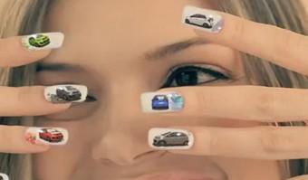 Körmökre festett reklámmal nyomul a Kia