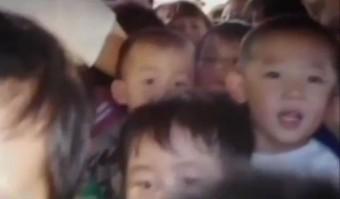 64 kínai iskolást zsúfoltak egy minibuszba