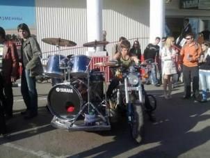 Egy egész rockbanda motoron!