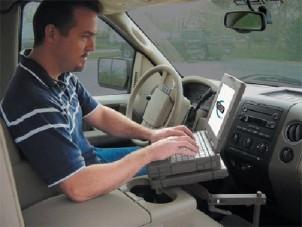 Laptopot használt és kávézott vezetés közben