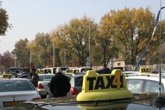 Videó: 2,5 kilométeres sorban vonultak a taxisok