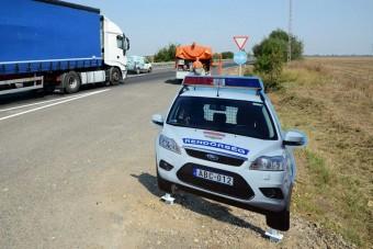 Rendőrautót loptak a 4-es út mellől