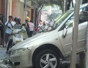 Téglafalon tört át a Mazda