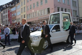 Feljelentették a pápát: nem csatolta be biztonsági övét