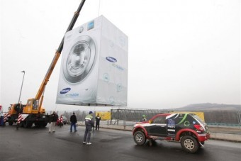 Hatalmas mosógépben tisztult a Dakarra készülő Opel