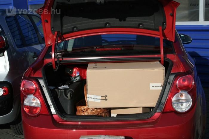 A szűk nyílás miatt nehezen kihasználható a tágas csomagtartó