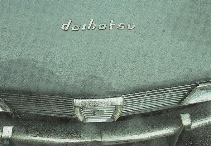 Az első 99-est Daihatsunak álcázva tesztelték. Akkoriban Skandináviában homályos kép élt a japán járművekről