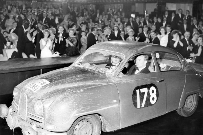 Itt épp Eric Carlsson győz a brit R.A.C. ralin 1960-ban. A következő két évben is ő nyert a Saab 96-tal