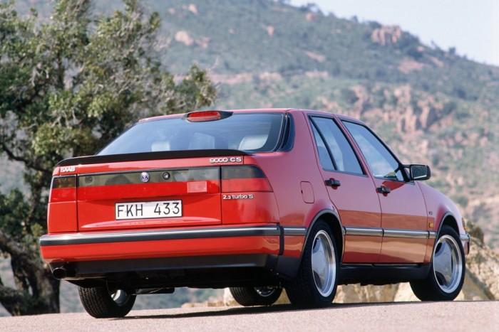 Alig látszik a 9000-en, hogy a FIAT Croma, a Lancia Thema és az Alfa 164 testvérmodellje. Bontóban a Cromáról is lehet rá venni első ajtót