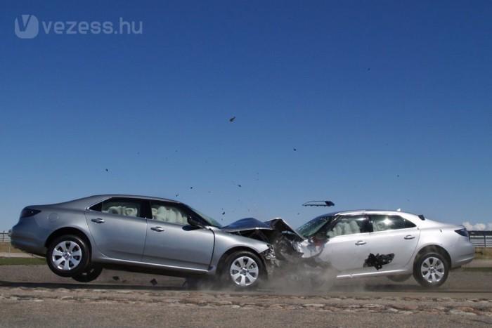 Saab hagyomány a frontális törésteszt szériaautókkal