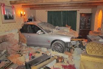 A nappali közepén állt meg az autó