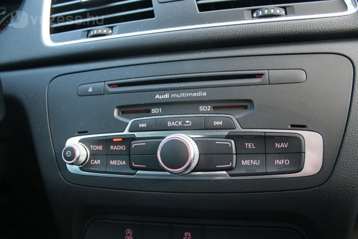Nem kell USB-csatlakozó, mert SD-kártyán adagolhatjuk a zenét. Az egyik nyílás a navigáció térképéé lenne