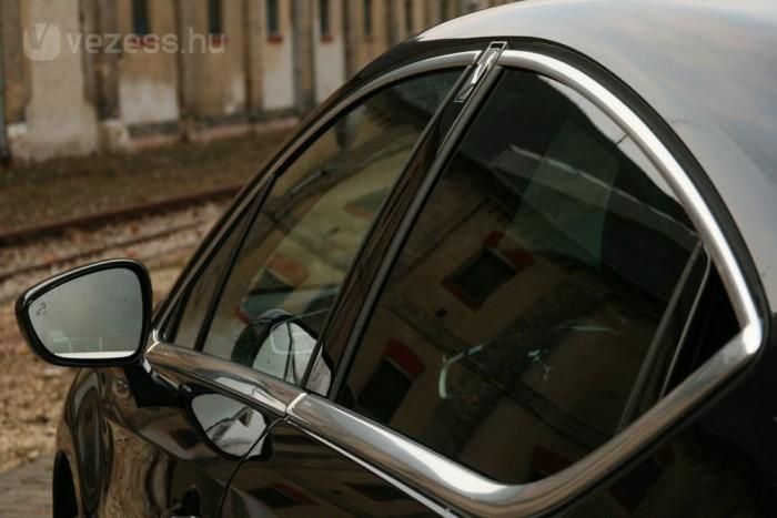 Nem nyitható a hátsó ablak, ez túl nagy áldozat az osztatlan ívért