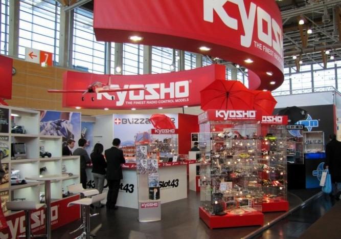 A Kyosho standja. A modellekre csak két nagy vitrint szántak, inkább az RC-s részleget hagyták érvényesülni