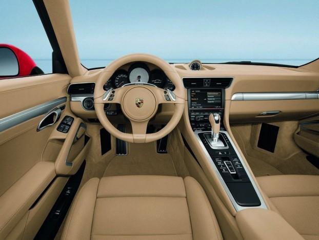 Maradt az öt körműszer az új 911-esben. A Carrerában fekete a fordulatszámmérő számlapja, a Carrera S-ben ezüst