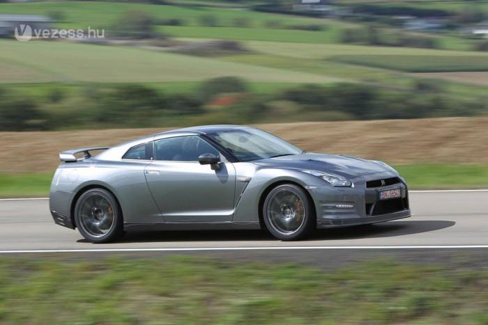 2,8 másodperces 0-100-as időkről is hallani az új, 550 lovas GT-R kapcsán