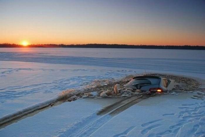 Előhalásztam pár példát, bizonyítandó, nincs új a nap alatt, ahol jég van, ott előbb utóbb vakmerő autós is akad, aki rámerészkedik, hátha nála rogynak térdre a fizika törvényei