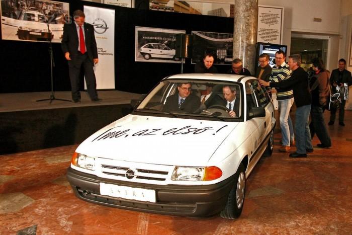 Kovács Tamás, az Opel Magyarország ügyvezető igazgatója vezet, mellette dr. Krámli Tamás, a Közlekedési Múzeum főigazgatója ül, a kollégák pedig tolják az autót