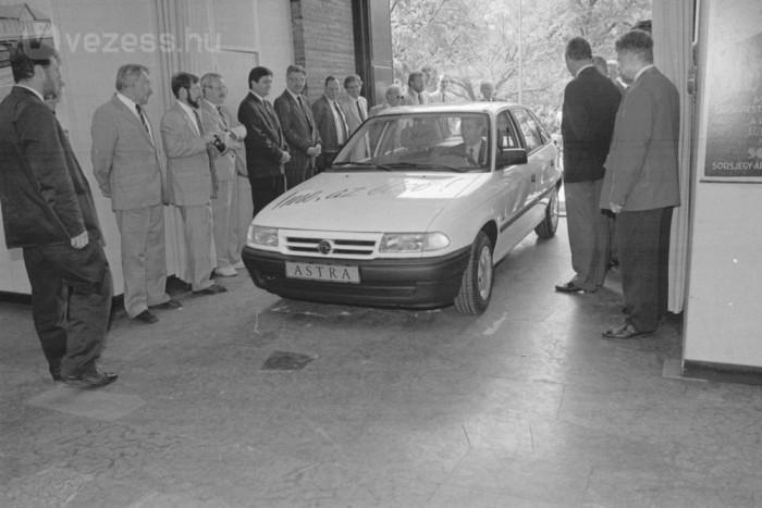 20 éve volt: a kép bal szélén Dános András, az Opel Magyarország PR-igazgatója kíséri az első Astrát a múzeum kupolatermébe