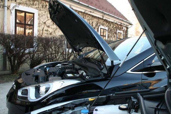 Olcsó pálca helyett két gázos teleszkóp tartja a Hyundai motorházát