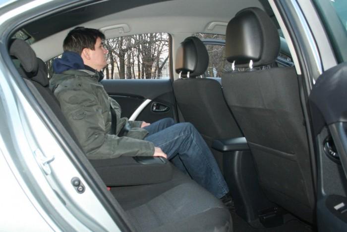 Szép egyenletes a padló, de kisebb a lábtér az Avensisben