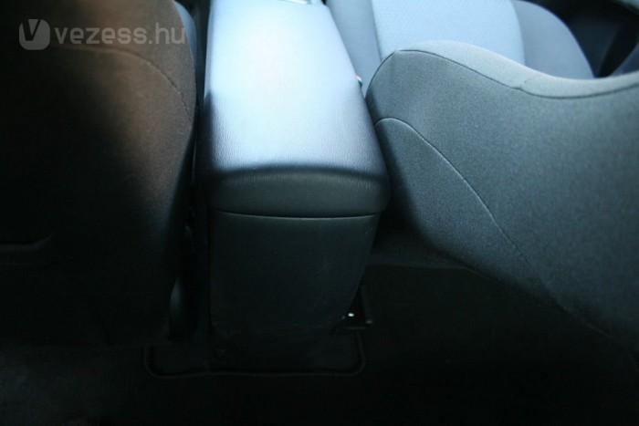 A Toyotából hiányzik a hátsó levegőrostély, amit a Hyundaiban megkapnak a hátsó utasok
