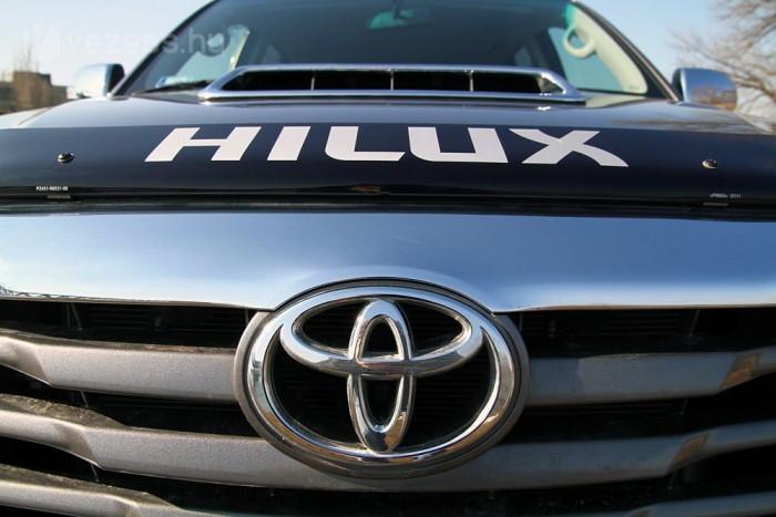Háromliteres motor lakik a Toyota embléma mögött