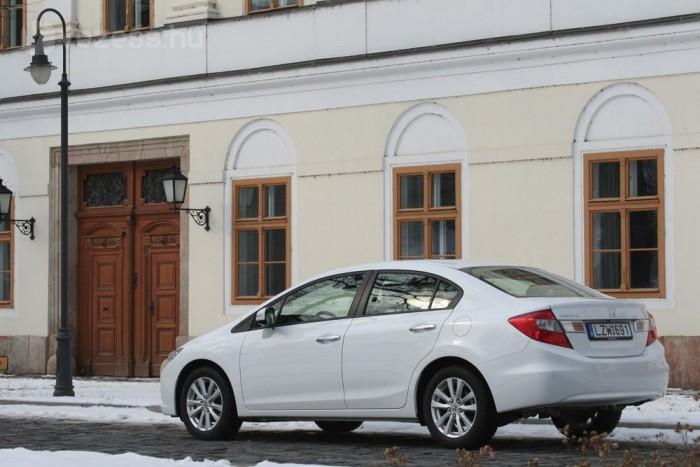 A 132 lóerős Hyundai Elantra Comfort 5,5 millióba kerül, a hasonlóan gazdagon felszerelt Toyota Corolla 1,6 Sol VSC listaára 5,9 millió Ft. A Civic 1,6 Elegance árlistáján 5 249 990 Ft szerepel