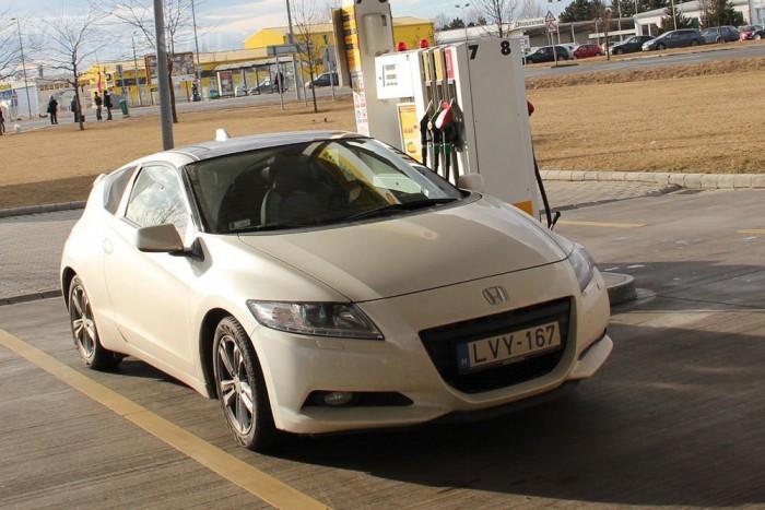 Sietve majdnem hét, takarékosan autózva kevesebb, mint öt liter benzin fogyott el százon