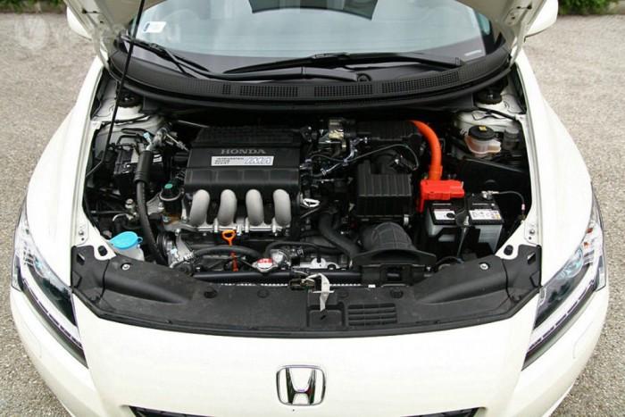A Honda hibridtechnikája az 1,3-as, kehes benzinessel csalódás volt az Insightban, de a CR-Z-ben a 114 lóerős, 1,5-ös benzineshez kapcsolódik és sokkal vonzóbb. Az eredeti, 1999-es Insight óta ez az első Honda, amely hengerenként 4 szelepes motorral kombinálja a rásegítést, mert a Civic, a Jazz és az Insight benzinese kétszelepes