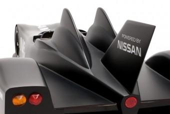 Batmobillal versenyez a Nissan