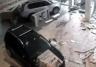 Őrült autós rombolt az autószalonban
