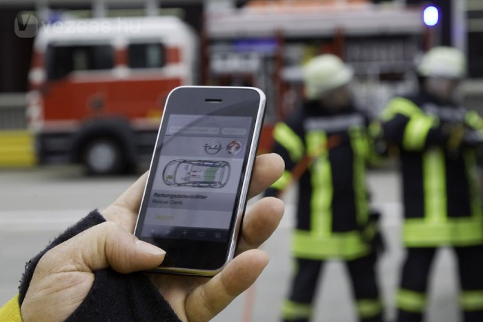 Az utasok kiemelésekor illetve az autó szétvágásakor a tűzoltóknak tudniuk kellene, hol akadhatnak légzsák gázgenerátorára, vezérlőegységre, hol az akkumulátor, az üzemanyagtank, van-e gáztöltésű lengéscsillapító stb
