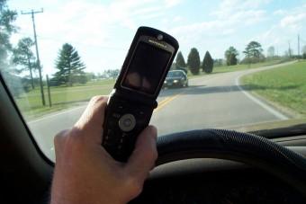Az autósok fele olvas vezetés közben