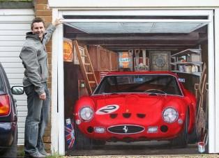 A garázsajtóra kente a Ferrarit
