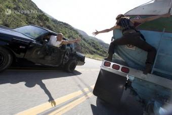 Menet közben raboltak a teherautóból - videó