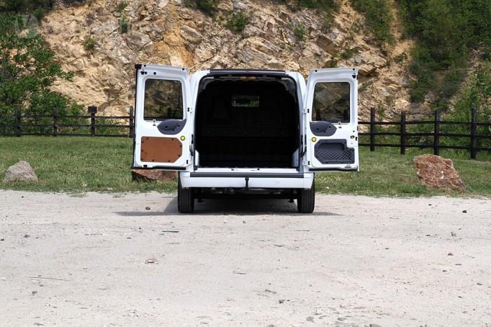Hatalmas a hátsó rakodó nyílás, 270 fokig nyithatók az ajtók