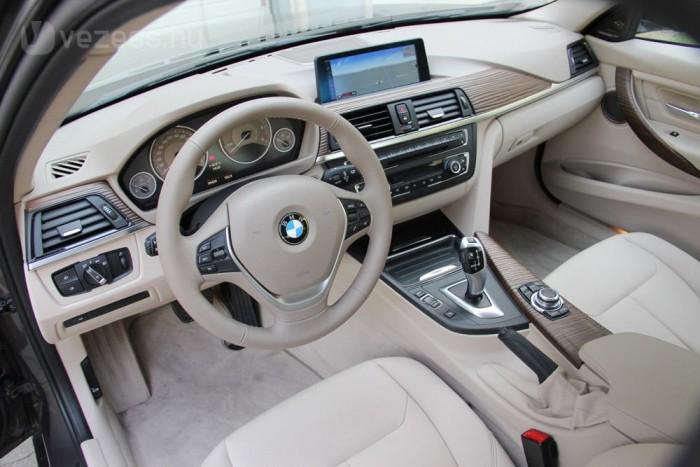 Az utóbbi két évben a BMW már nem spórol látványosan az utastéri műanyagokon