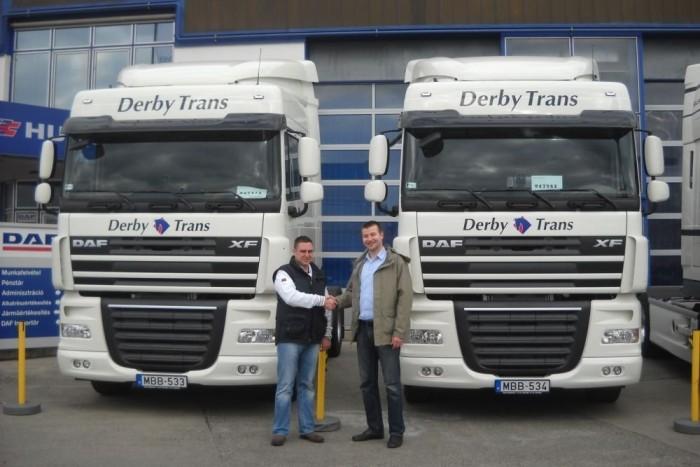 Szvitek László, a Derby Trans Kft. ügyvezető igazgatója veszi át a kulcsokat Boda Gábor értékesítőtől.