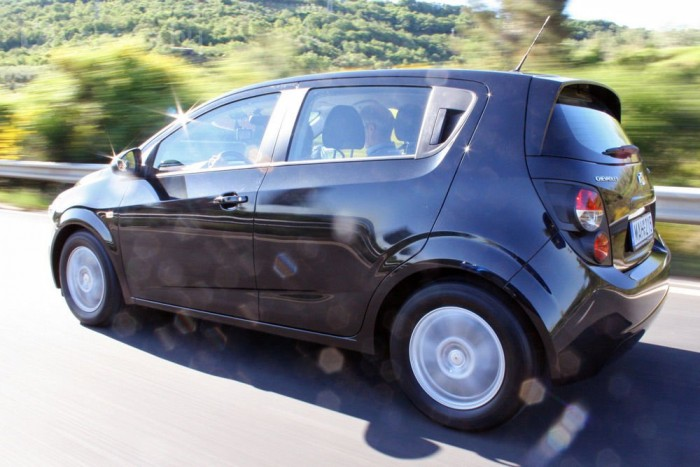 Tetszett az Aveo futóműve, a FIAT eredetű, apró dízel átlagos. A 75 lóerős verzió elég tohonya, de a 210 Nm nyomatékú erősebbikkel fürgén gyorsult. Mi 97-re állított tempomattal haladtunk