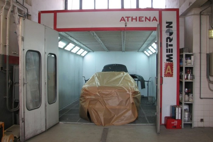 A Honda Éles fényezőkabinja. Rendes munkát nem lehet garázsporos nyitott műhelyben végezni