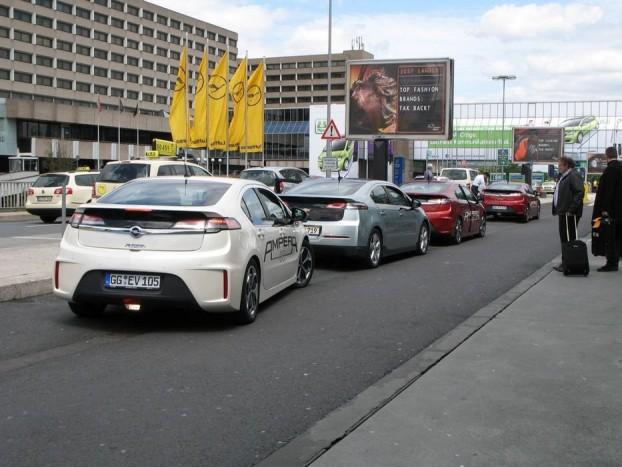 Naná, hogy Az év autója díjátadásra Az év autójával, azaz a Chevrolet Volttal és Opel Amperával szállították a zsűri tagjait a repülőtérről Rüsselsheimbe, az Opel központjába