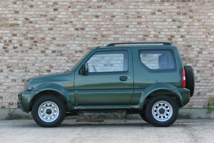 37, 31, 46(!) fok rendre az első terepszög, rámpaszög, hátsó terepszög (Land Rover Defender, rövid: 47, 33, 47)