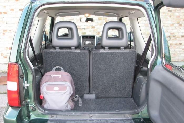 113 literes az icipici csomagtér, és a hátsó ülések ledöntésével, plafonig is csak 816 literre növelhető. Pici autó a Jimny