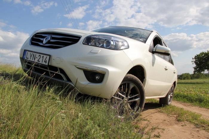 A Nissan X-trail örökségnek köszönhetően jó terepszögekkel bír a Koleos