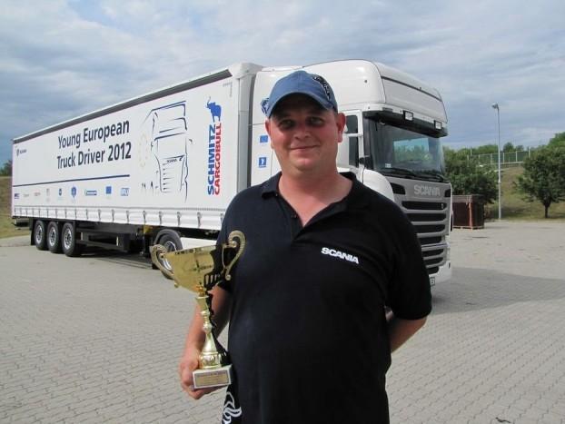 A hat kamiont üzemeltető büszke nyertes