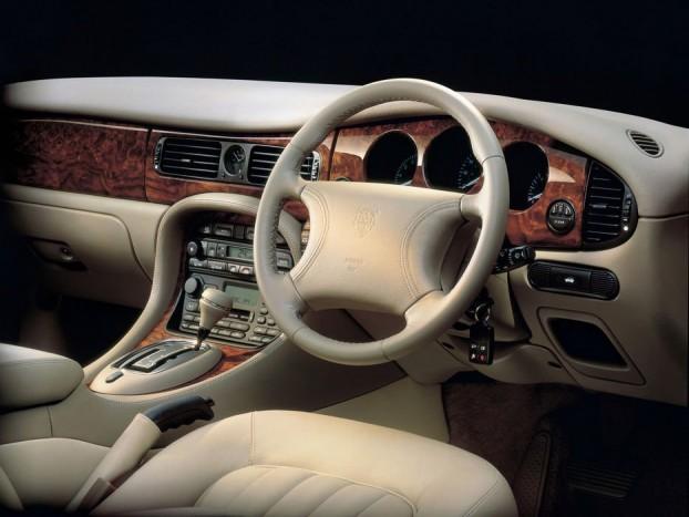 Egy ilyen belsőt vár el egy Jaguar tulajdonos. Finom bőr, fa, elegáns kidolgozás, klubhangulat angol módra