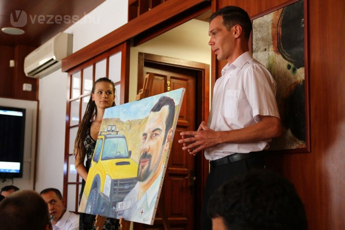 Tessék sok pénzért megvenni, a Vöröskereszt defibrillátort vesz a festményért kapott pénzből