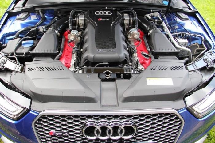 Gyönyörű a burkolatlan motor. Jól nézzék meg: az Audi-mérnökök szerint ez lesz az utolsó európai szívó V8, az Euro-6 norma megöli majd ezt a konstrukciót